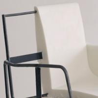 軟質ウレタンフォーム例:鉄パイプと一体成型した椅子の芯材(モールド成型)